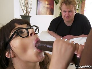 Young babe in arms gets abiding fucked wide a spectacular diggings cuckold ordinance